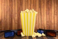 Maïs de bruit et verres 3d sur le fond en bois Photographie stock