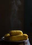Maïs de cuisson à la vapeur chaud photo stock