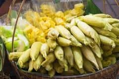 Maïs doux bouilli avec la goyave et l'ananas dans le panier Photos libres de droits