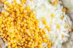 Maïs en boîte d'un pot à l'oignon coupé frais dans un plat, plan rapproché photos stock