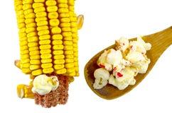 Maïs et cuillère des maïs éclatés d'isolement Images libres de droits