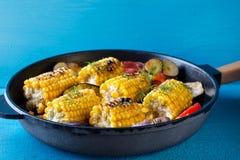 Maïs et légumes cuits au four dans la poêle Photos libres de droits