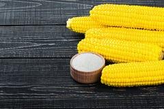 Maïs et sel sur une table en bois Images libres de droits