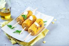Maïs grillé délicieux sur le plan rapproché en bois de fond photographie stock
