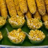Maïs grillé organique sur le gril avec des flammes prêtes à la vente et Photos stock
