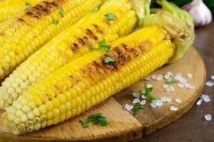 Maïs grillé savoureux frais avec du beurre, le sel de mer et le cilantro sur une table en bois Photos libres de droits