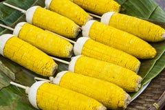 Maïs grillé sur la feuille de banane images libres de droits