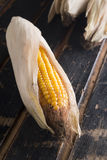 Maïs jaune mûr sur une vieille table en bois foncée Photo libre de droits