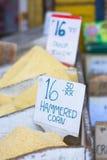 Maïs martelé à un marché Photos libres de droits