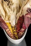 Maïs sur l'affichage dans un plat blanc Photos stock