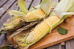 Maïs sur la planche à découper en bois photos libres de droits