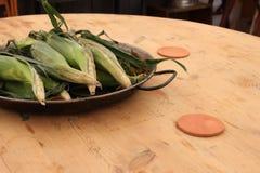 Maïskolven in schillen stock afbeeldingen