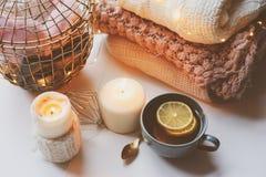 Mañana acogedora del invierno en casa Té caliente con el limón, los suéteres hechos punto y los detalles interiores metálicos mod Foto de archivo