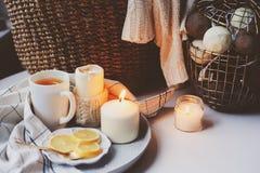 Mañana acogedora del invierno en casa Té caliente con el limón, los suéteres hechos punto y los detalles interiores metálicos mod Imagen de archivo