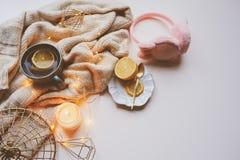 Mañana acogedora del invierno en casa Té caliente con el limón, los suéteres hechos punto y los detalles interiores modernos Toda Imágenes de archivo libres de regalías