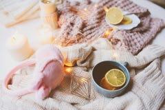 Mañana acogedora del invierno en casa Té caliente con el limón, los suéteres hechos punto y los detalles interiores modernos Toda Foto de archivo