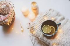 Mañana acogedora del invierno en casa Té caliente con el limón, los suéteres hechos punto y los detalles interiores modernos Toda Foto de archivo libre de regalías