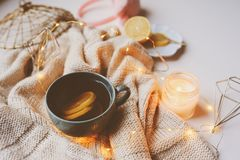 Mañana acogedora del invierno en casa Té caliente con el limón, los suéteres hechos punto y los detalles interiores modernos Toda Fotos de archivo