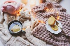Mañana acogedora del invierno en casa Té caliente con el limón, los suéteres hechos punto y los detalles interiores modernos Toda Imagen de archivo