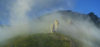 Mañana ahumada hermosa en las altas montañas fotos de archivo libres de regalías