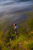 Mañana bonita joven Volcano Viewpoint de la naturaleza de ForestAfrica de las montañas de la salida del sol de la muchacha de la  Fotos de archivo