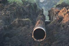 Mañana brumosa Colocación de tubo de gas Foto de archivo