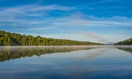 Mañana brumosa del verano del cielo azul en el centro del lago Corry Imagen de archivo