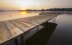 Mañana brumosa del verano en el río Fotos de archivo libres de regalías