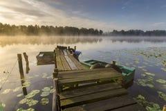 Mañana brumosa del verano en el río Fotografía de archivo libre de regalías