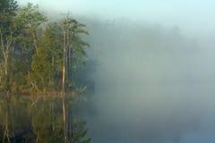 Mañana brumosa en cala de la universidad en Virginia Imagen de archivo