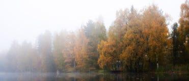 Mañana brumosa en el lago en Finlandia imágenes de archivo libres de regalías