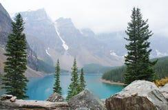 Mañana brumosa en el lago moraine, Alberta fotografía de archivo