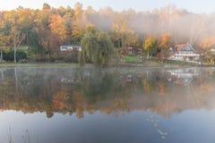Mañana brumosa en el lago rock, Virginia Occidental Fotografía de archivo