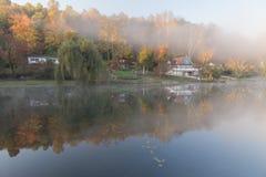 Mañana brumosa en el lago rock, Virginia Occidental Imagenes de archivo