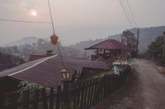 Mañana brumosa en el pueblo soñoliento fotos de archivo