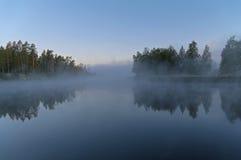 Mañana brumosa en el río Fotos de archivo libres de regalías