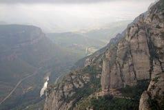Mañana brumosa en la abadía benedictina Santa Maria de Montserrat en Monistrol de Montserrat, España Fotografía de archivo libre de regalías