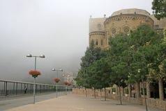 Mañana brumosa en la abadía benedictina Santa Maria de Montserrat en Monistrol de Montserrat, España Fotografía de archivo