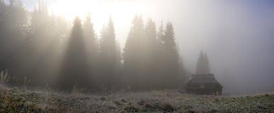 Mañana brumosa en las montañas imagenes de archivo