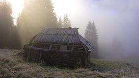 Mañana brumosa en las montañas imagen de archivo