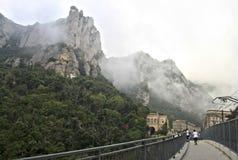 Mañana brumosa en las montañas de Montserrat en la abadía benedictina Santa Maria de Montserrat, España Fotografía de archivo