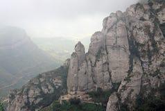 Mañana brumosa en las montañas de Montserrat en la abadía benedictina Santa Maria de Montserrat, España Fotos de archivo
