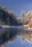 Mañana brumosa escarchada en el rive Imagenes de archivo