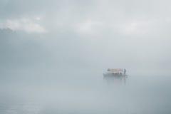 Mañana brumosa por el lago Fotografía de archivo