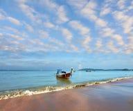Mañana caliente apacible en costa de mar fantástica Foto de archivo libre de regalías