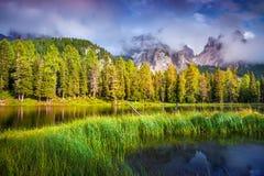 Mañana colorida del verano en el lago Antorno imagenes de archivo