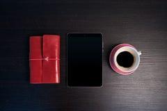Mañana con la tableta y el sketchbook Imagen de archivo libre de regalías