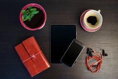 Mañana con la tableta y el teléfono elegante Fotografía de archivo