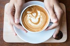 Mañana con la taza de café del latte Imágenes de archivo libres de regalías