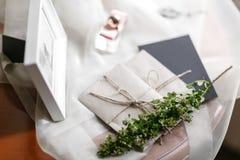Mañana de la boda Detalles nupciales ciérrese encima de los accesorios de la mujer de la visión Fotos de archivo libres de regalías